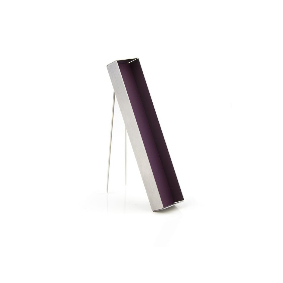Dau 01B - Brooch – Limited edition – Stylish brooch made of steel and purple lacquer.