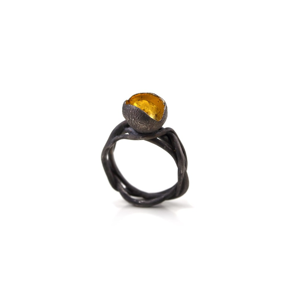 Margo Nelissen 16A - Unique Piece - Ring made of oxidized silver, gold leaf.