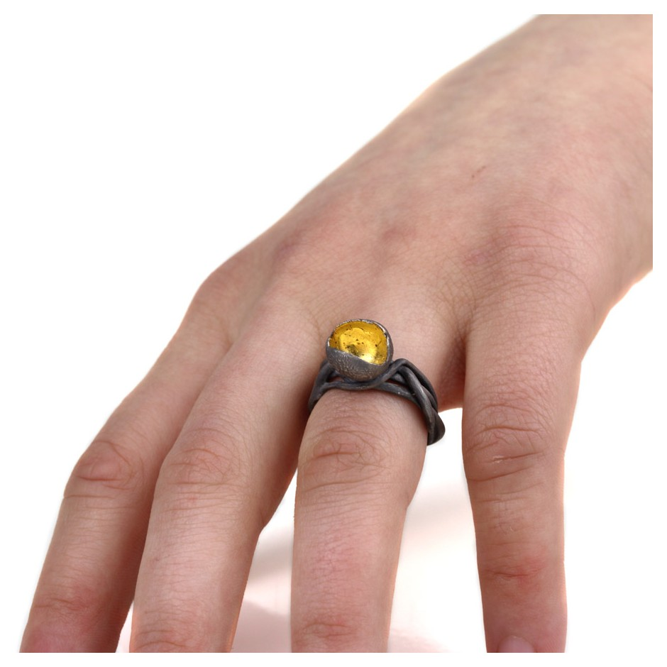 Margo Nelissen 16D - Unique Piece - Ring made of oxidized silver, gold leaf.