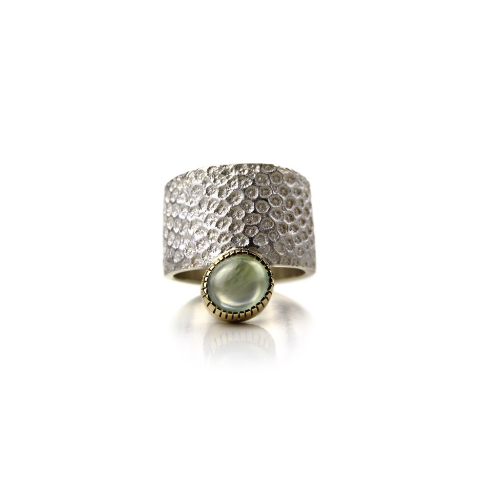 Margo Nelissen 17D - Unique piece - Curacao Memories - Ring made of silver, gold and prehnite cabochon