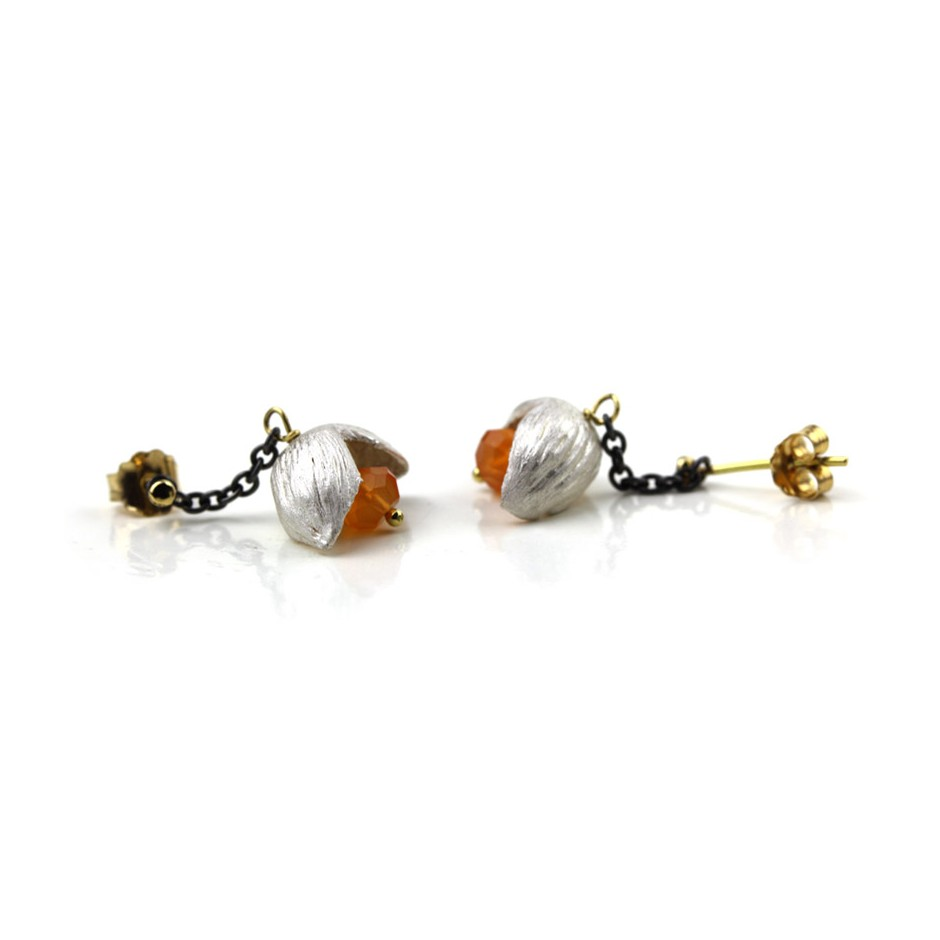Margo Nelissen 22A - Limited edition - Calabash flowerings - Earrings made of oxidized silver, silver, gold and carnelian.