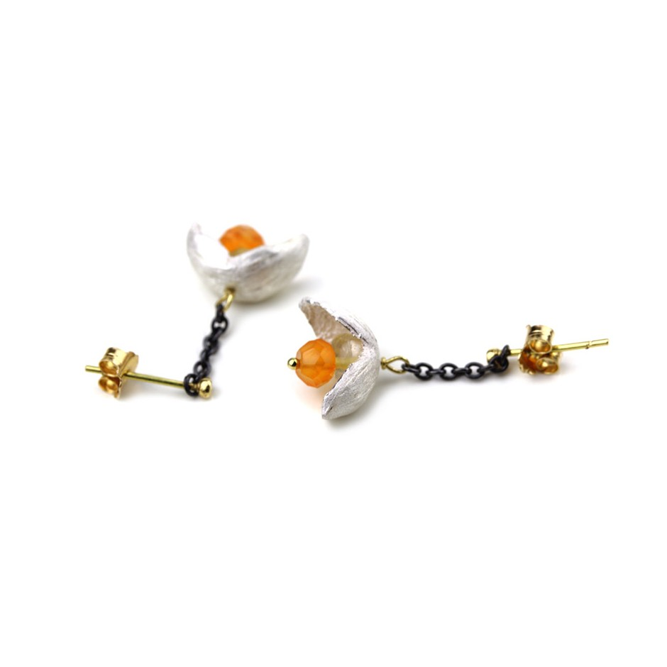 Margo Nelissen 22B - Limited edition - Calabash flowerings - Earrings made of oxidized silver, silver, gold and carnelian.