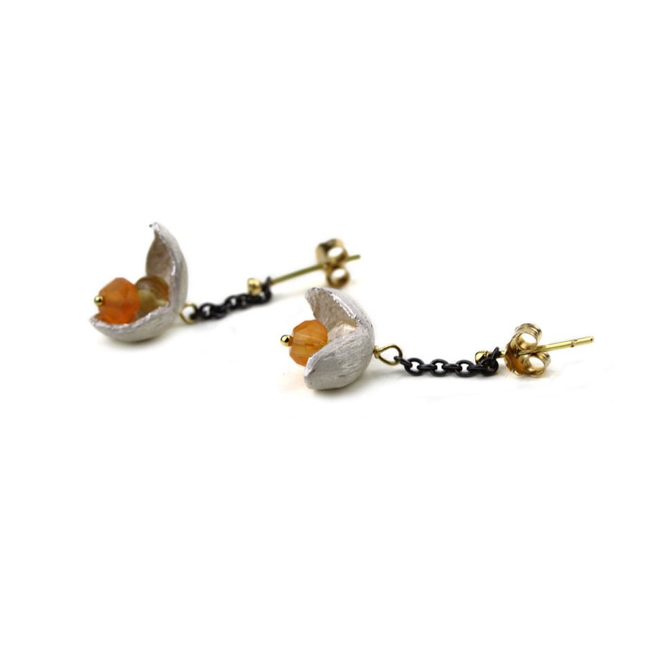 Margo Nelissen 22C - Limited edition - Calabash flowerings - Earrings made of oxidized silver, silver, gold and carnelian.