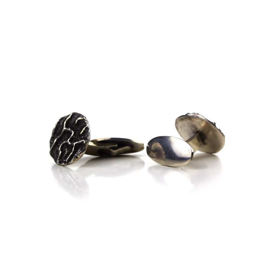 Margo Nelissen 23C - Unique piece - Cufflink made of silver and oxidized silver.