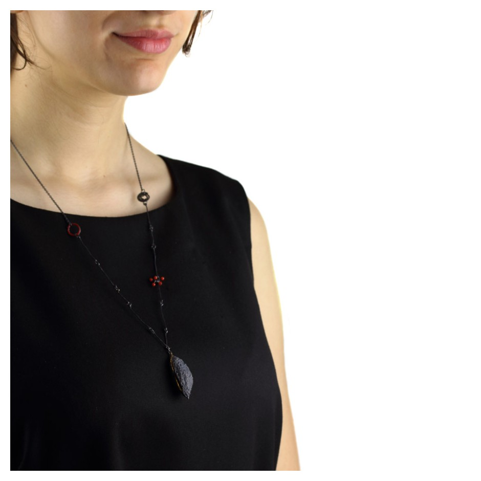 Margo Nelissen 28F - Unique piece - Black seed pod - Necklace made of oxidized silver and gold leaf and coral.