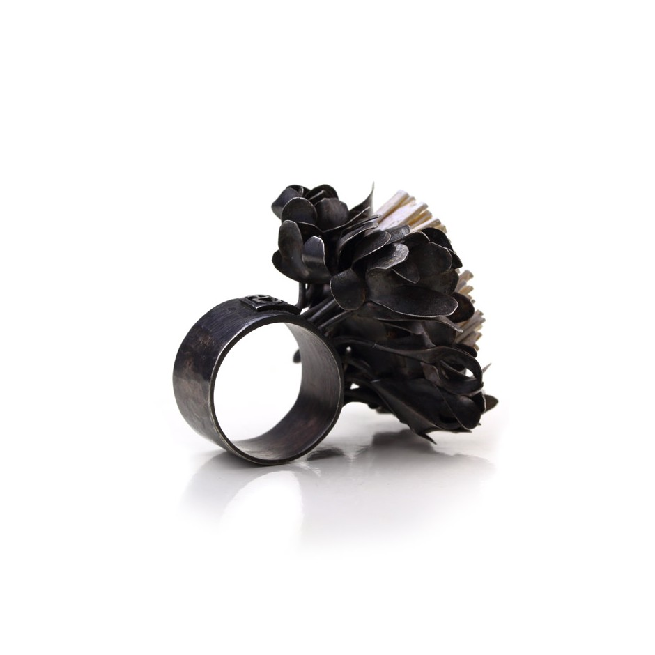 Ute Kolar 27C - Ring - Oxidized silver and white colored maple veneers