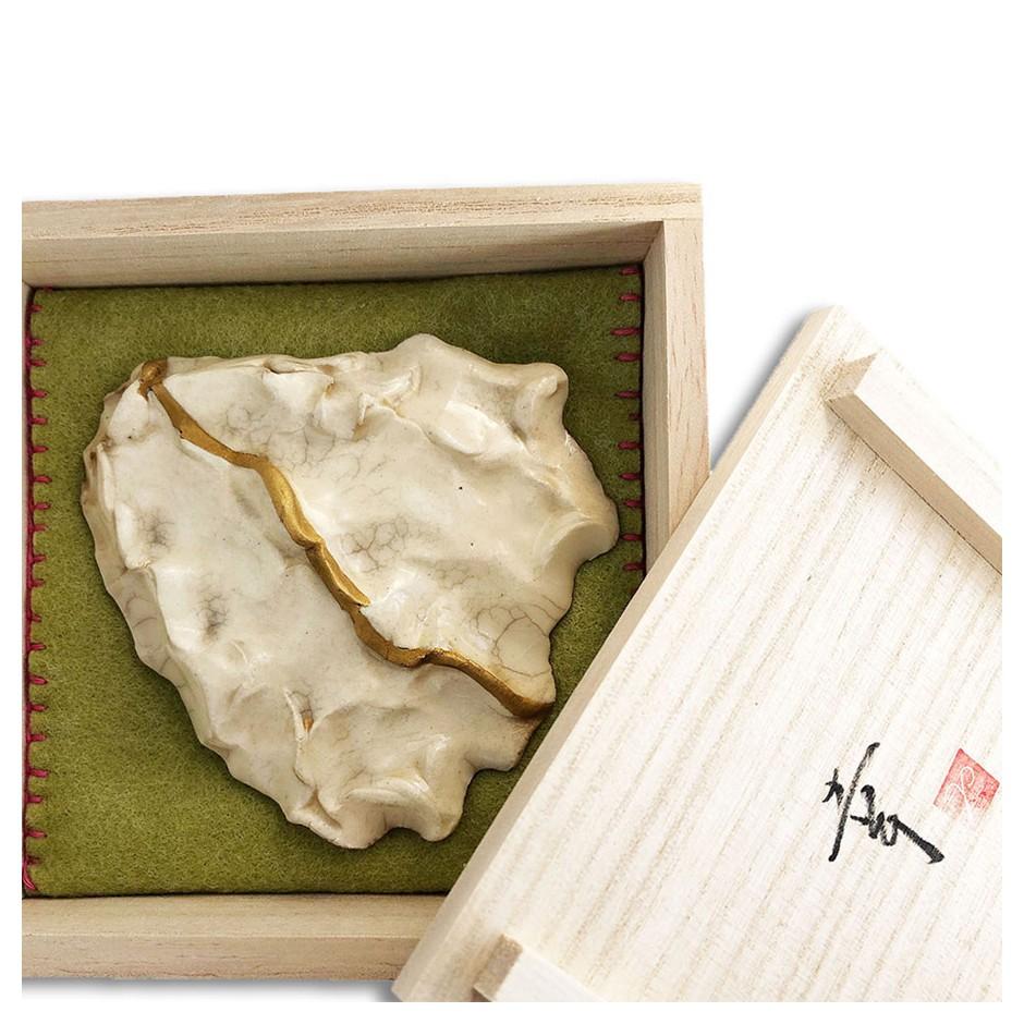 Yukiko Kakimoto 05C - Brooch - Clay, glaze, Urushi, pure gold powder, silver, stainless