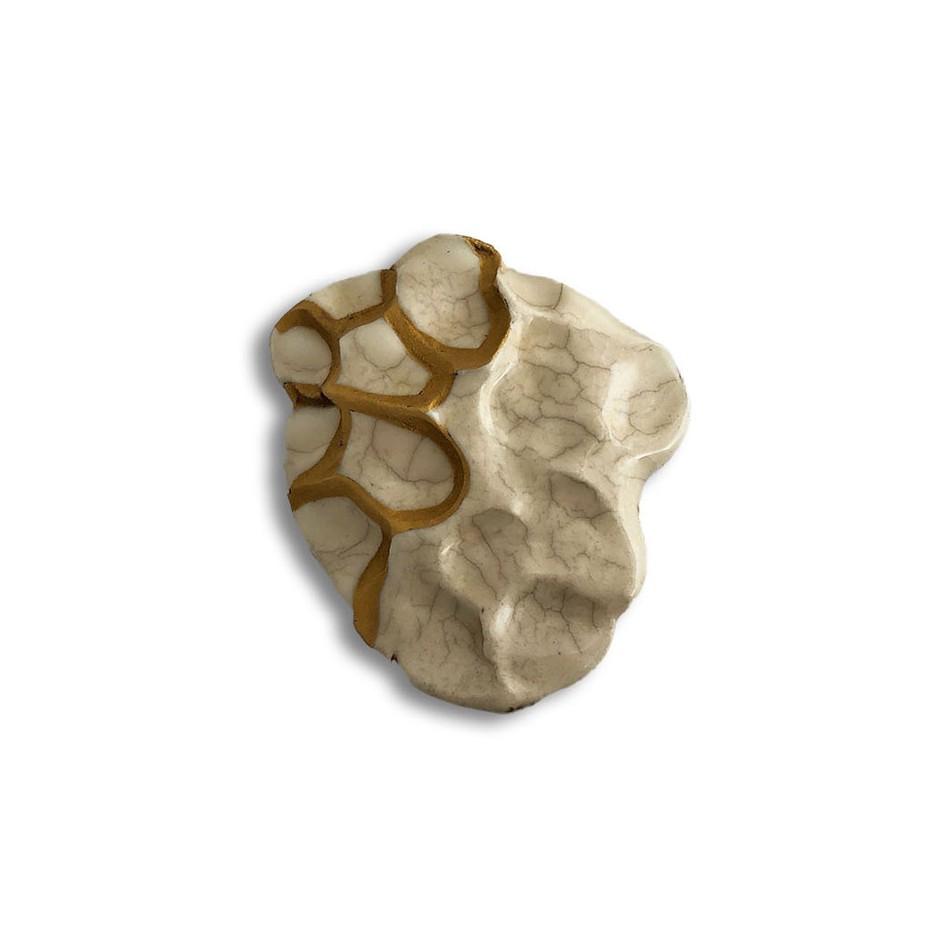 Yukiko Kakimoto 10A - Brooch - Clay, glaze, Urushi, pure gold powder, silver, stainless