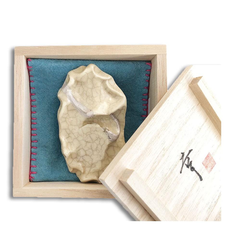 Yukiko Kakimoto 17C - Brooch - Clay, glaze, Urushi, pure gold powder, silver, stainless