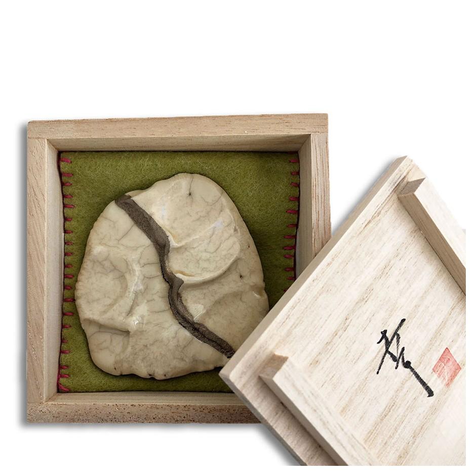 Yukiko Kakimoto 24C - Brooch - Clay, glaze, Urushi, tin powder, silver, stainless
