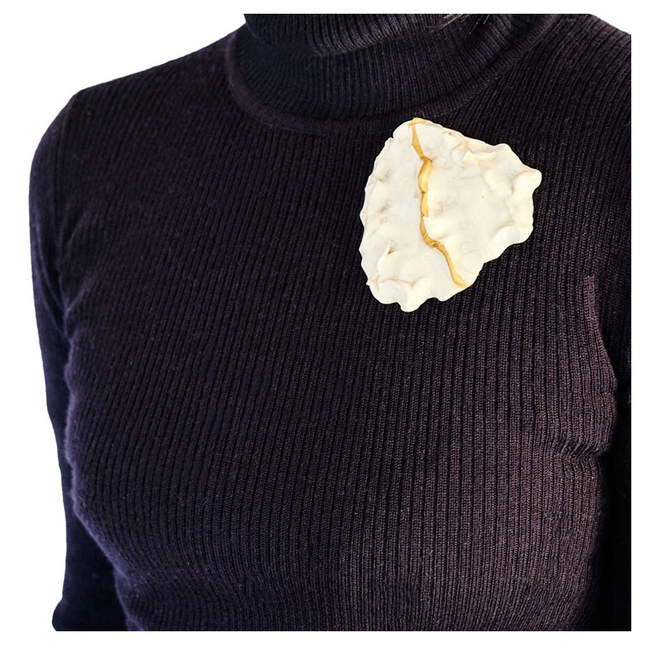 Yukiko Kakimoto 05D - Brooch - Clay, glaze, Urushi, pure gold powder, silver, stainless